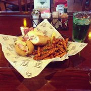 Tilted Kilt Pub & Eatery - Frisco, TX, États-Unis. Come see us for St Practice Day! Green beer!