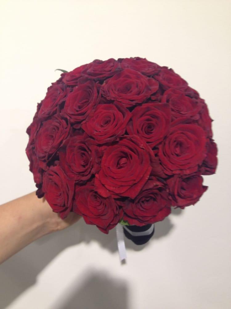 klassischer brautstrau rund gebunden kopf an kopf mit roten rosen yelp. Black Bedroom Furniture Sets. Home Design Ideas