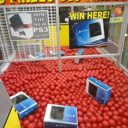 Six Flags St Louis - This is the impossible claw machine... I hope someone wins one of these PlayStation 4s. Woot. - Eureka, MO, Vereinigte Staaten
