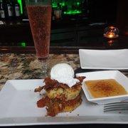 Jaxon Social - Pulled pork benedict with polenta cakes & pointsettia - Jacksonville Beach, FL, Vereinigte Staaten