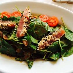 Junger Spinatsalat mit Thunfisch in…