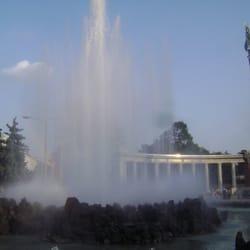 Hochstrahlbrunnen mit Denkmal am…