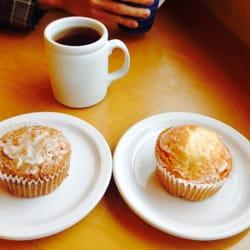 Susanne's Bakery & Delicatessen - Wheat free carrot ginger & vanilla orange muffins and a hot apple cider. - Gig Harbor, WA, Vereinigte Staaten