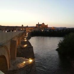 Vistas del puente y de la mezquita…