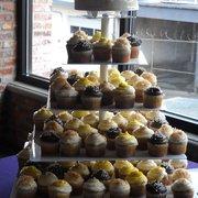 Inspiration Catering & Baking - Wedding Display  Cupcakes w/Bride & Groom Cake - Federal Way, WA, Vereinigte Staaten