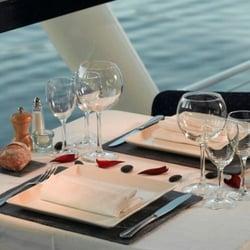 Repas à bord d'un dîner-croisière