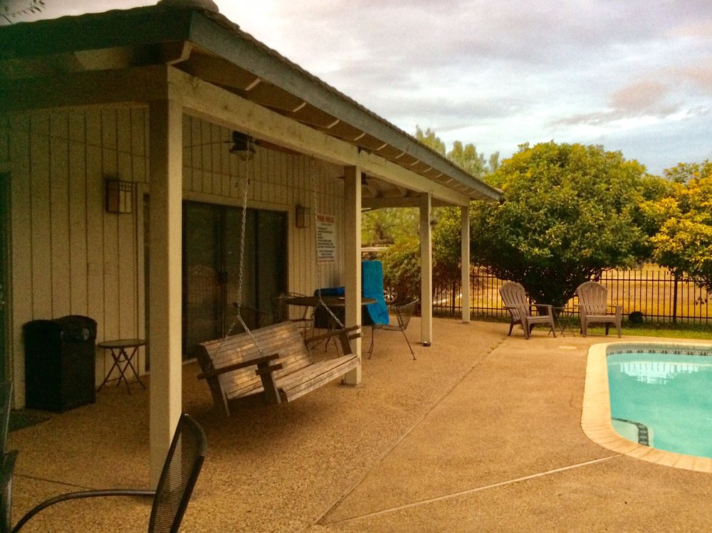 Live Oaks Bed and Breakfast: 6 Tanglewood St, Uvalde, TX