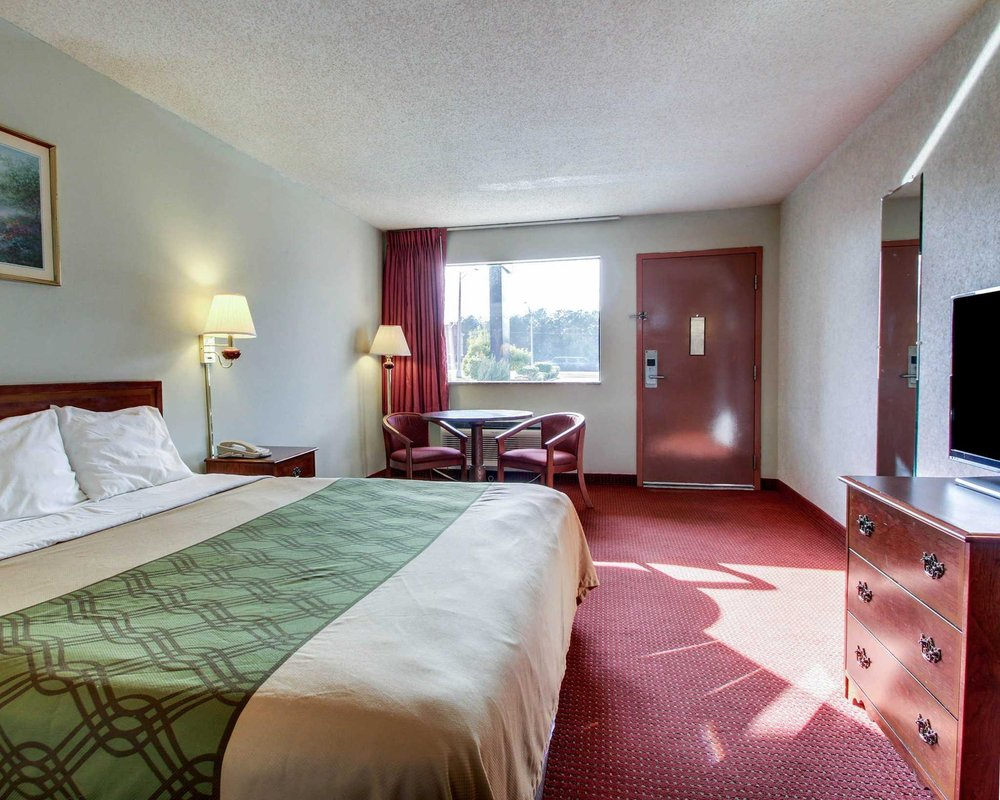 Econo Lodge Inn & Suites: 1250 Hwy 35 S, Forest, MS