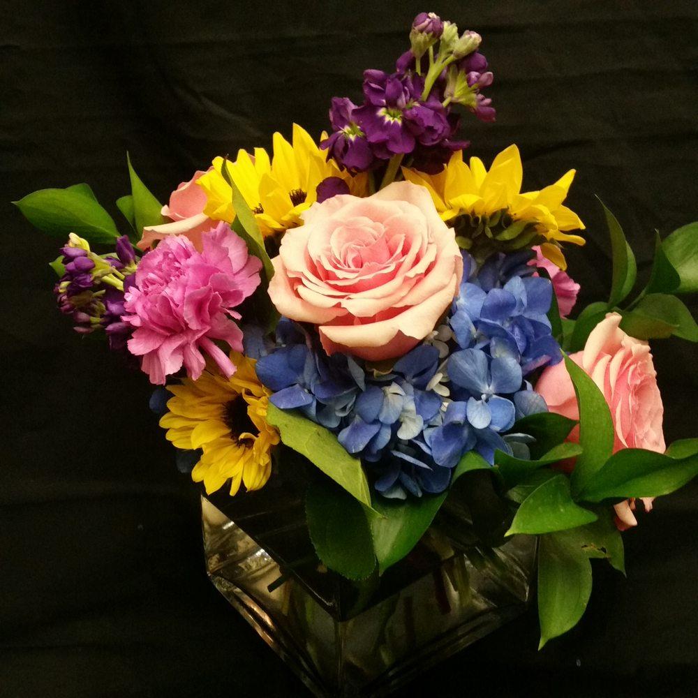 Montville Florist: 315 Norwich New London Turnpike, Uncasville, CT