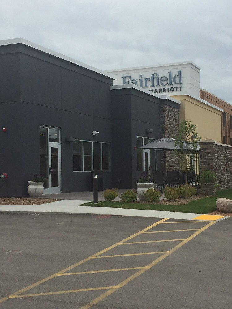 Fairfield Inn and Suites Marriott: 7035 N Port Washington Rd, Glendale, WI