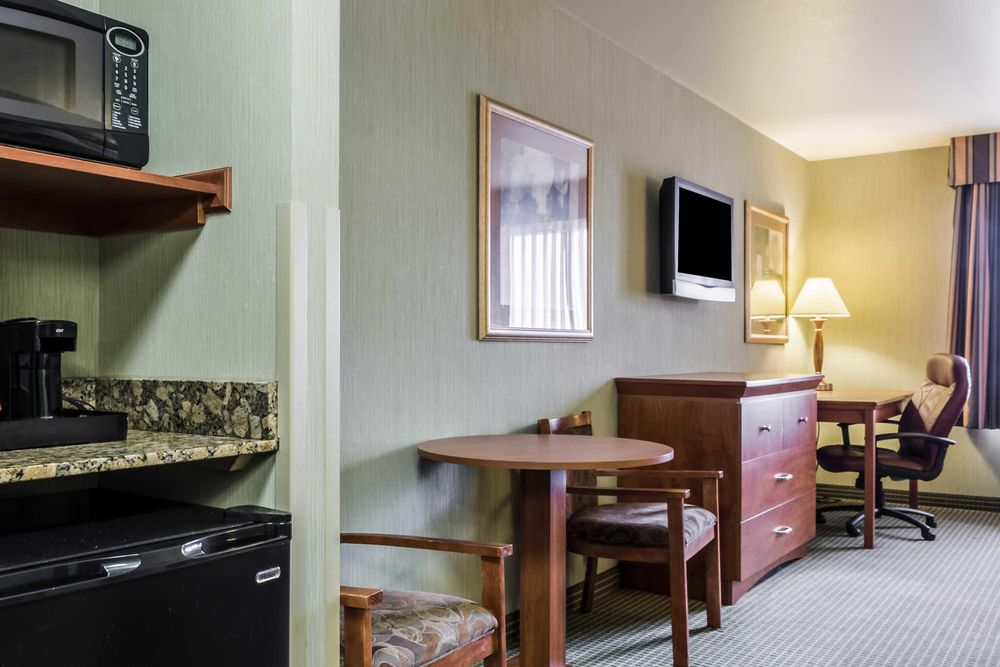 Comfort Inn & Suites: 2020 Highland Way, Mitchell, SD
