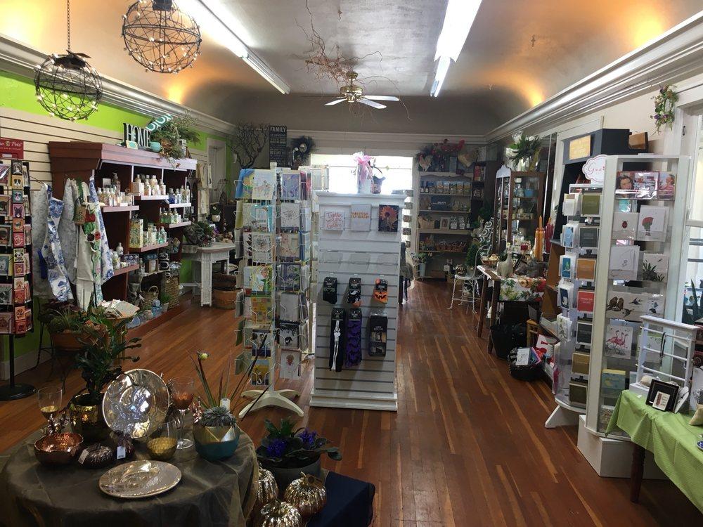 Petals & Vines Florist: 410 Main St E, Monmouth, OR