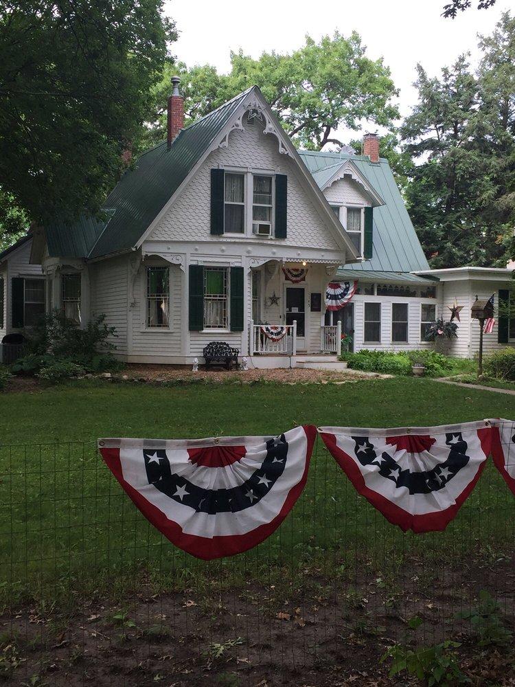 The Judge Lewis House: 1145 W Summit St, Winterset, IA