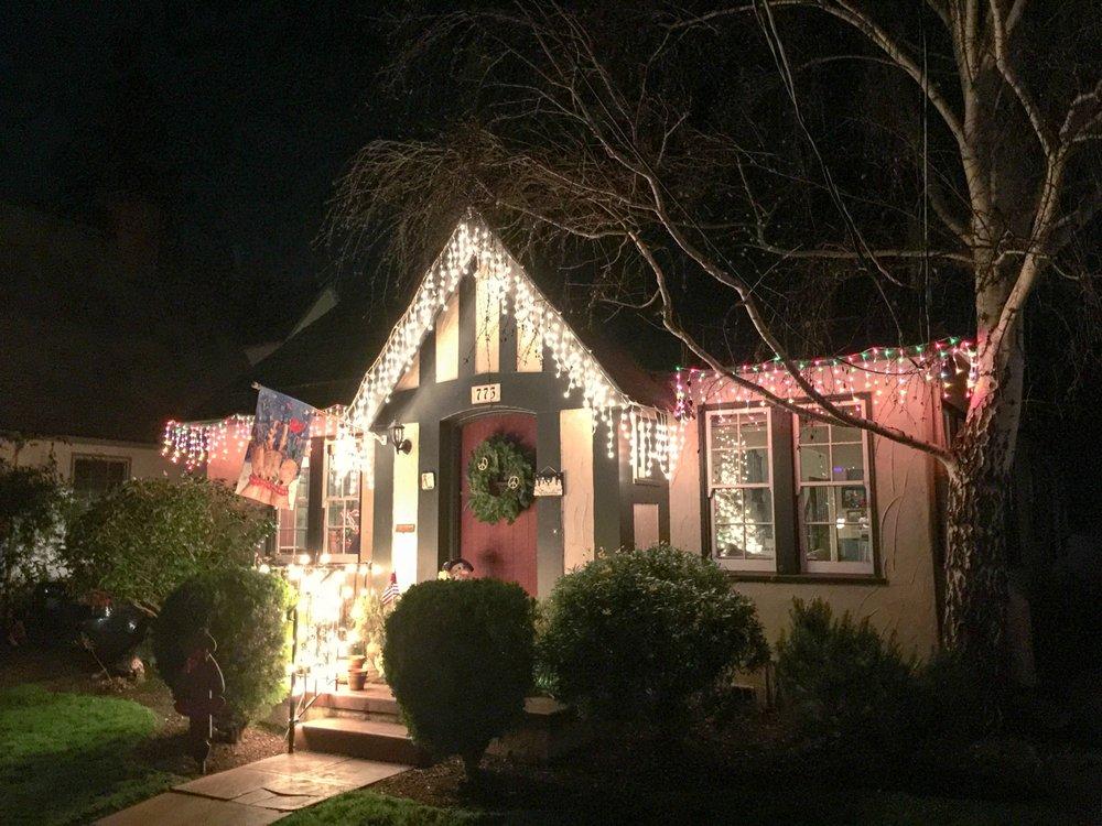 Willborough Christmas Lights Display: Willborough Rd, Burlingame, CA