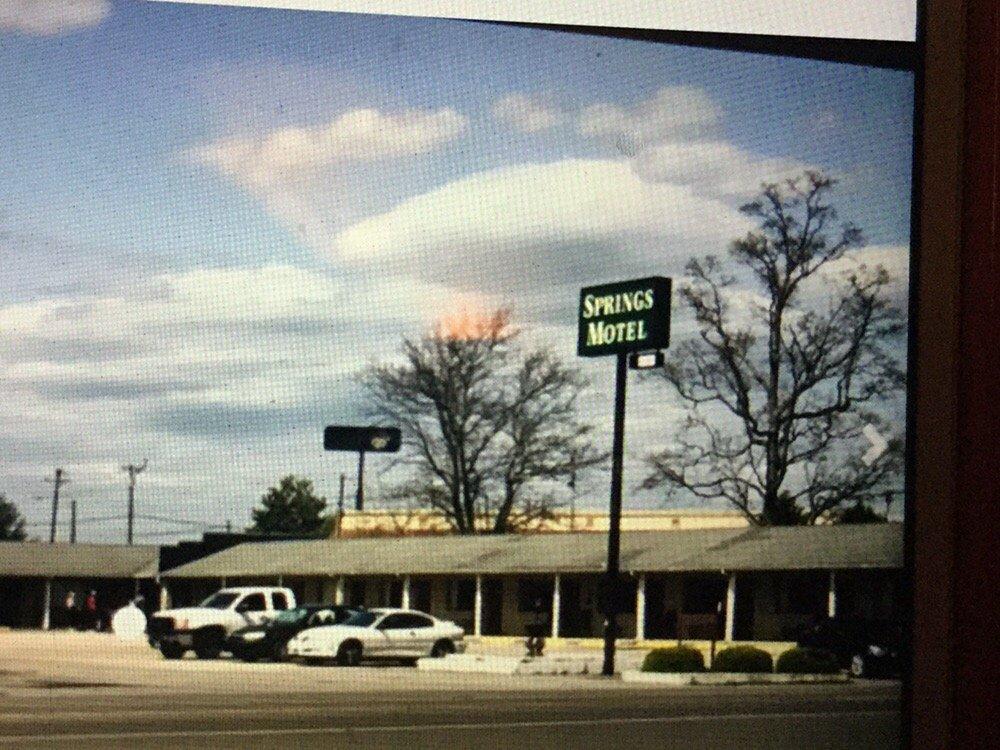 Springs Motel: 80 N Highway 127, Russell Springs, KY
