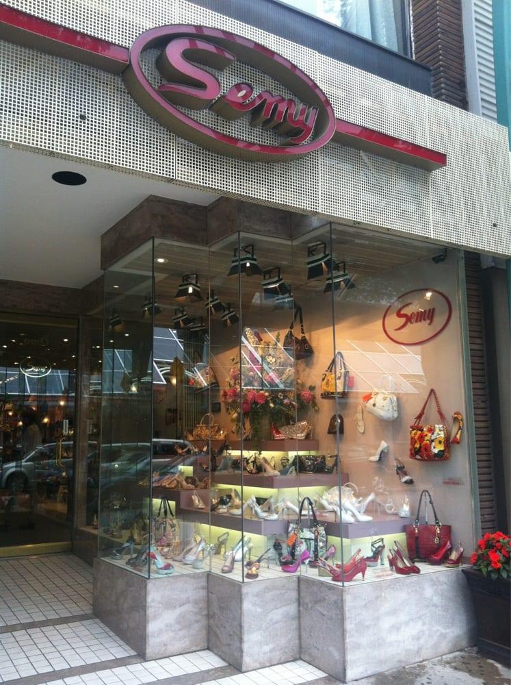 Semy salon de chaussures shoe shops 6683 rue saint for Salon de la chaussure