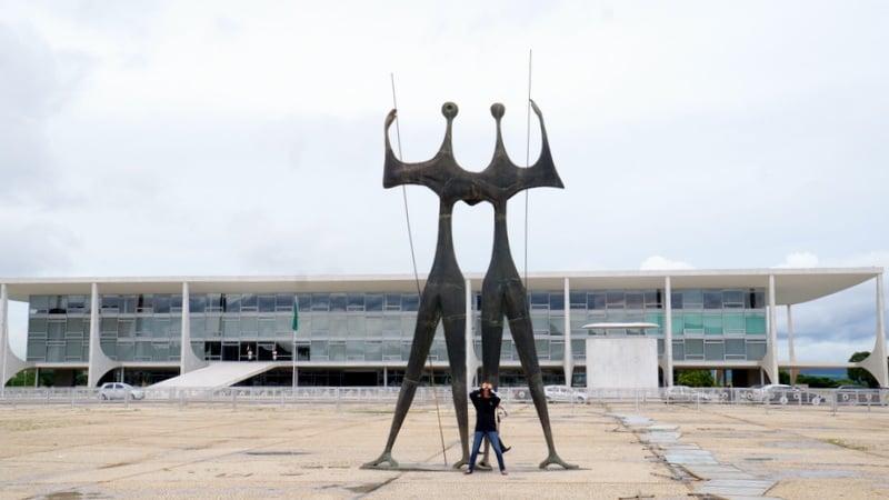Foto de Praça dos Três Poderes - Brasília - DF, Brasil. Esculturas