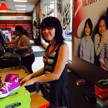 famous footwear customer service