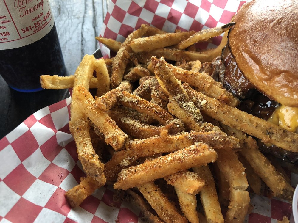 Vinny's Smokin' Good Burgers & Sandwiches: 3385 Broadway Ave, North Bend, OR