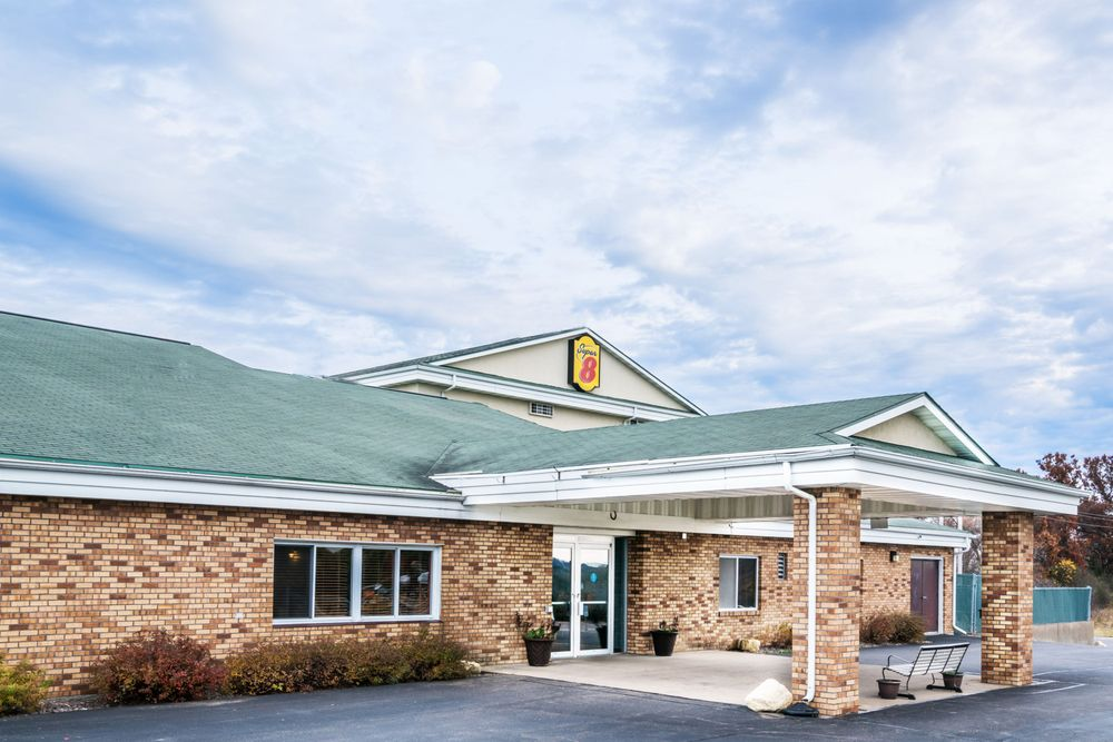 Super 8 by Wyndham Osseo WI: 50663 Oak Grove Road, Osseo, WI