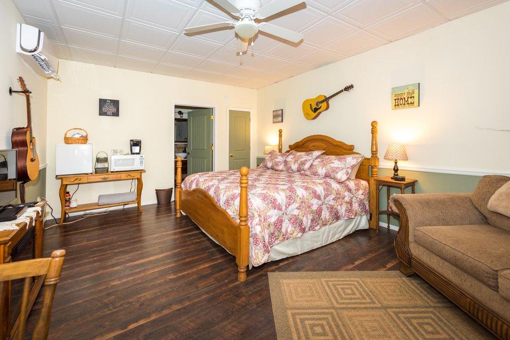 Swan Song Inn: 583 Spring Valley Loop, Marshfield, MO