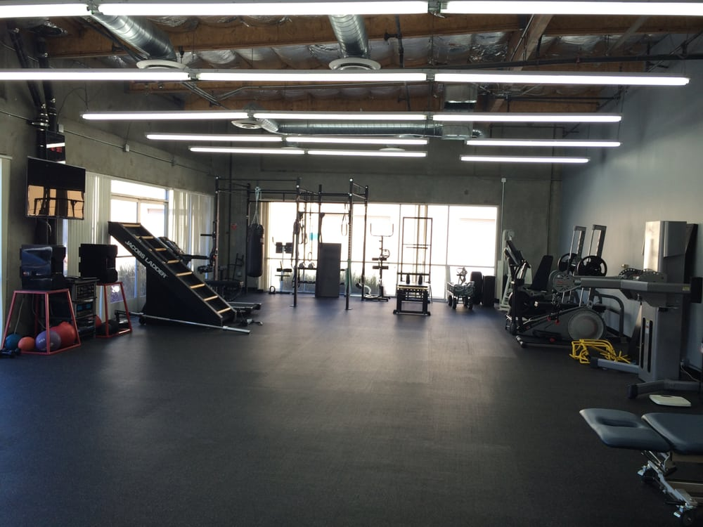 2000 square feet of clean high ceiling air conditioned