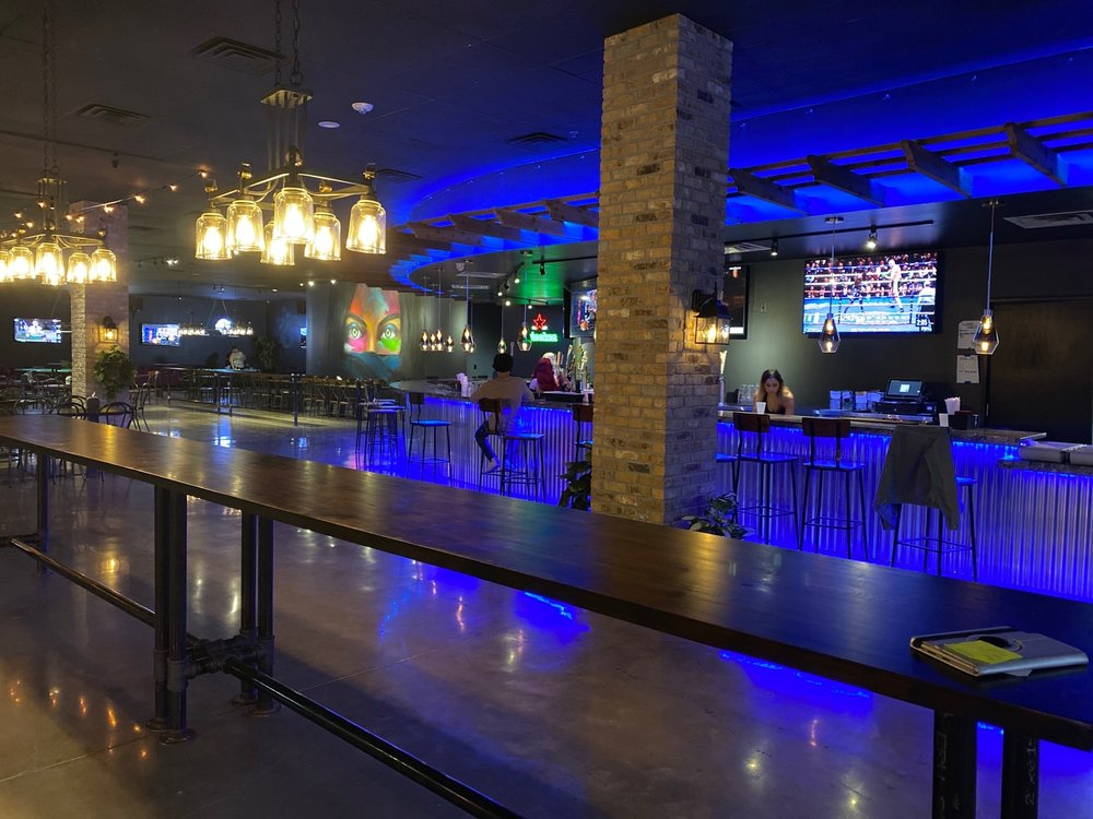 Hangout Restaurant & Sports club: 3554 W Airport Fwy, Irving, TX
