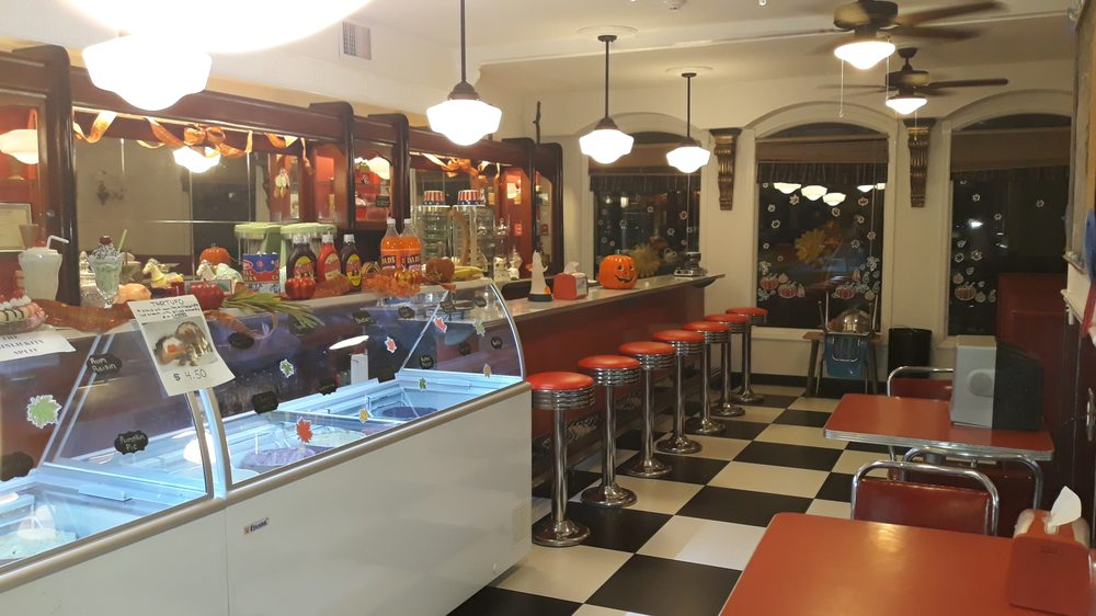 Hinlickity's Ice Cream Parlor: 120 Bay Ave, Highlands, NJ