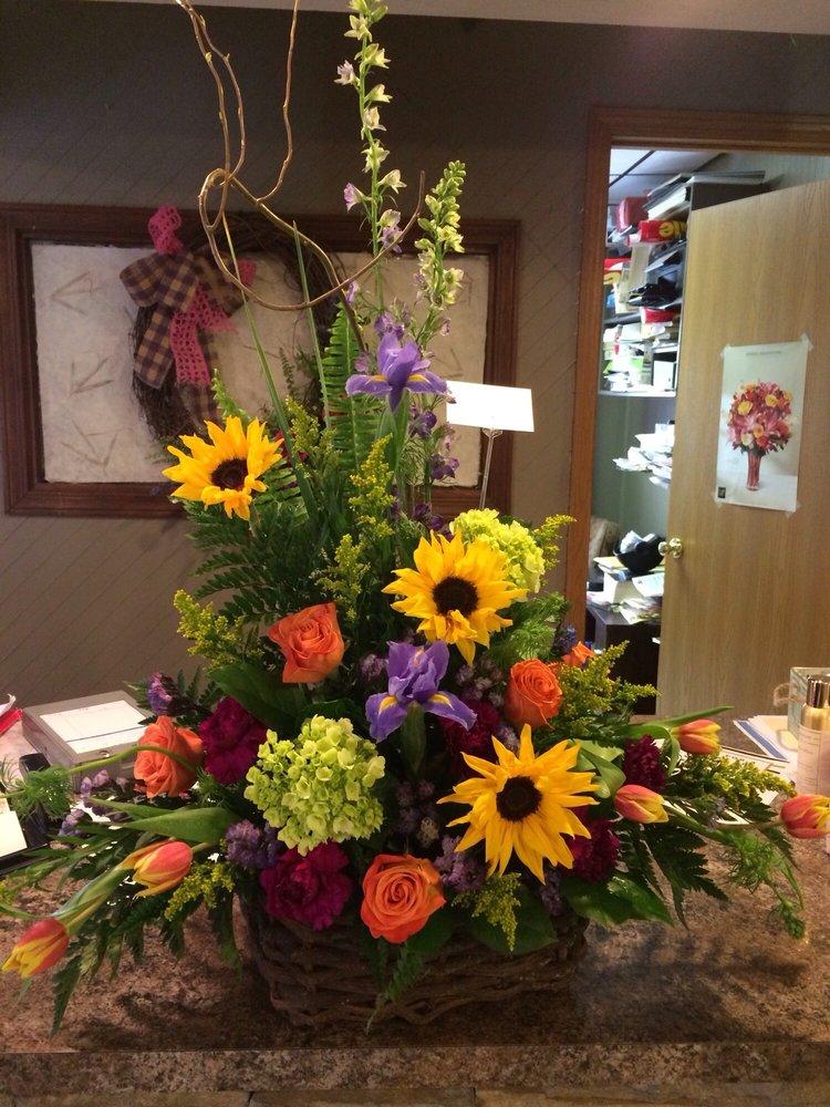 Tiger Lily Flower & Gift Shop: 131 N 5th St, Vandalia, IL