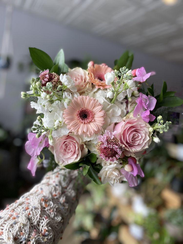 Simply Fresh Flowers: 123 East Seneca St, Manlius, NY