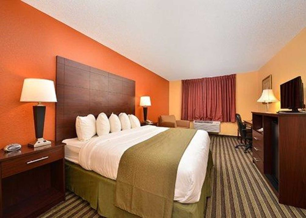 Quality Inn & Suites: 1902 West St South, Grinnell, IA