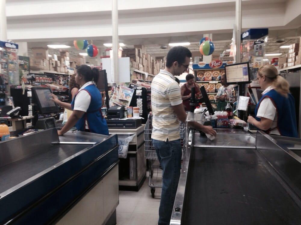 Supermercados Selectos: Centro Comercial Plaza Borinquen, Aguadilla, PR