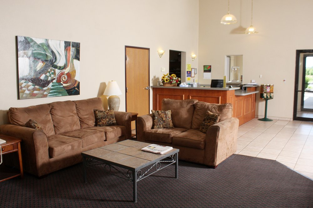 Centerstone Inn & Suites - Carlyle: 1371 William Rd, Carlyle, IL