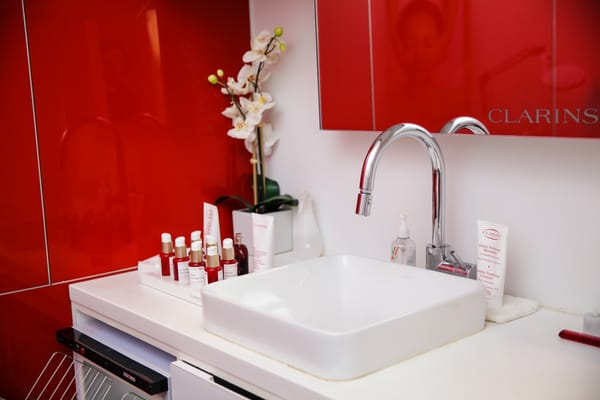 Clarins skin spa at bloomingdale s skin care 701 for Clarins salon