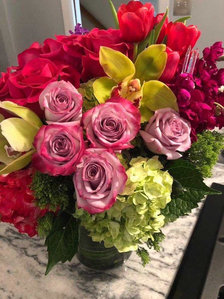 Vogue Flowers: 211 N Washington Hwy, Ashland, VA