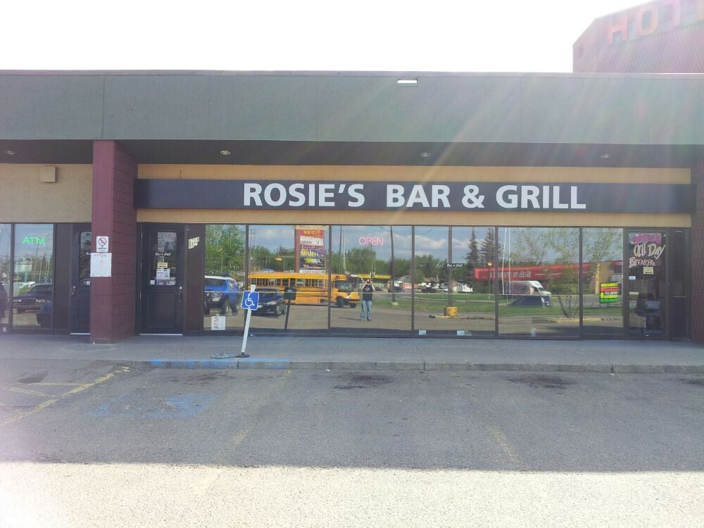 Rosie s bar grill cucina canadese nuova 6258 99 for Kitchen cabinets 99 street edmonton