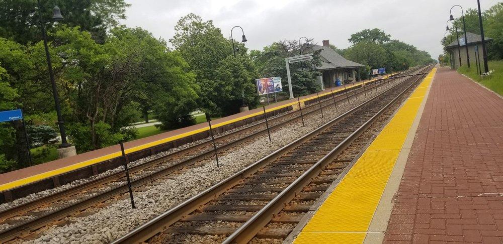 Golf Metra Rail Station: 1 Overlook Dr, Golf, IL