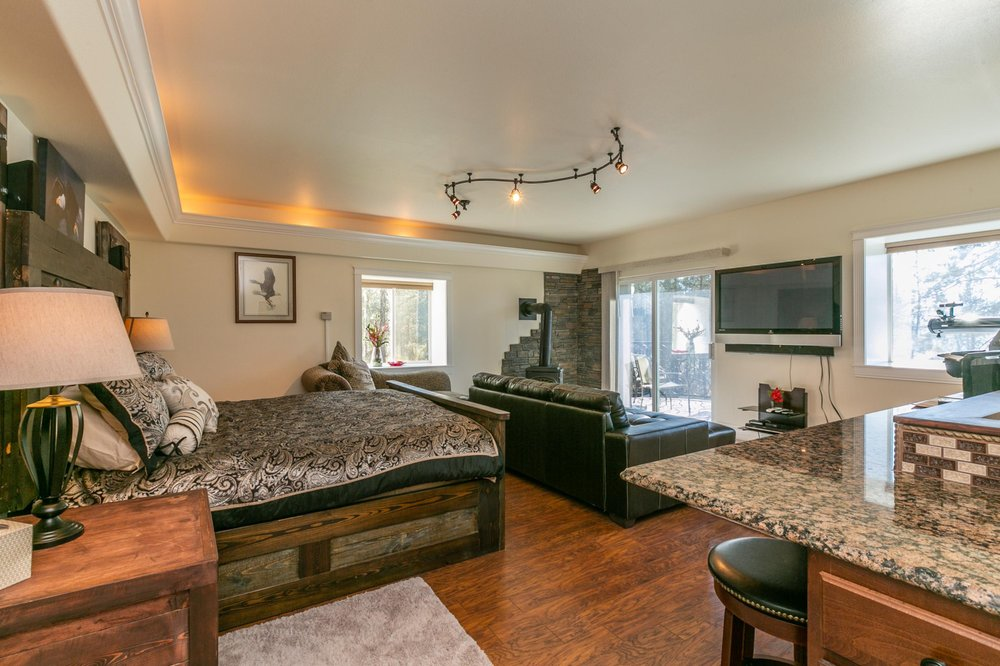 Lake Roosevelt Suites: 1949-C Hwy 25 N, Evans, WA