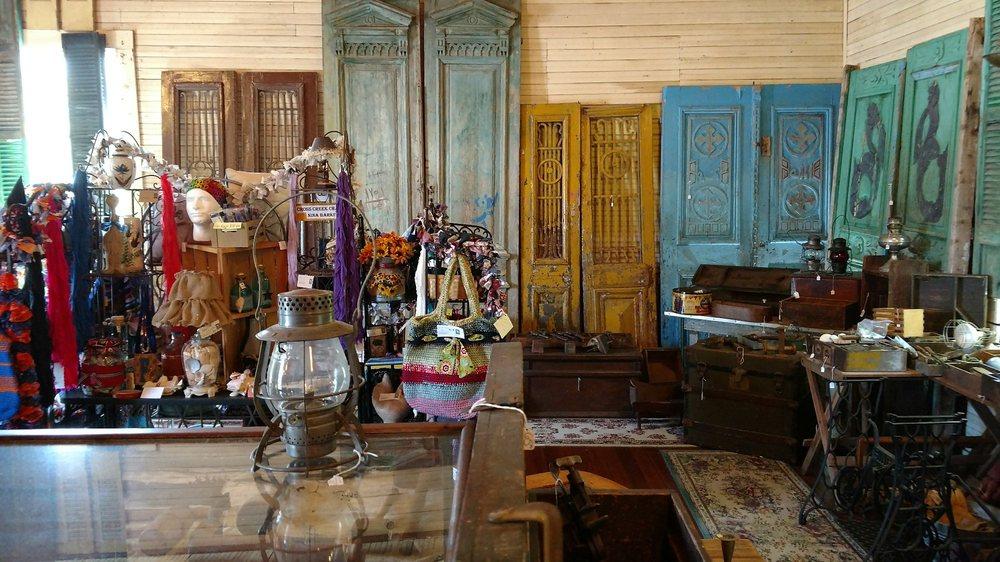McIntosh Village Antiques: 20565 9th St, Mcintosh, FL