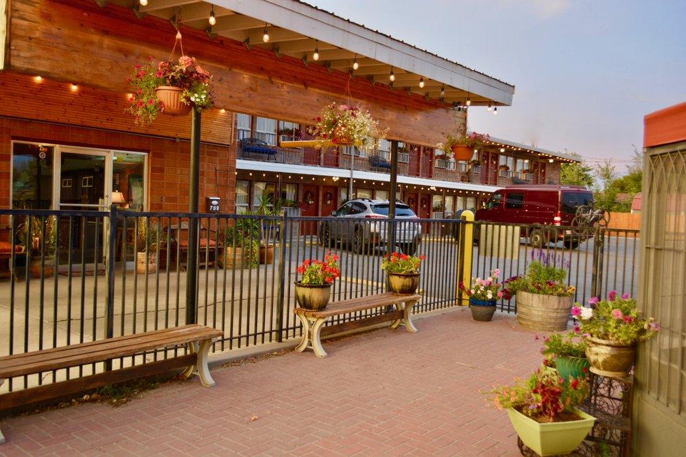 Lariat Motel: 709 N Center Ave, Hardin, MT