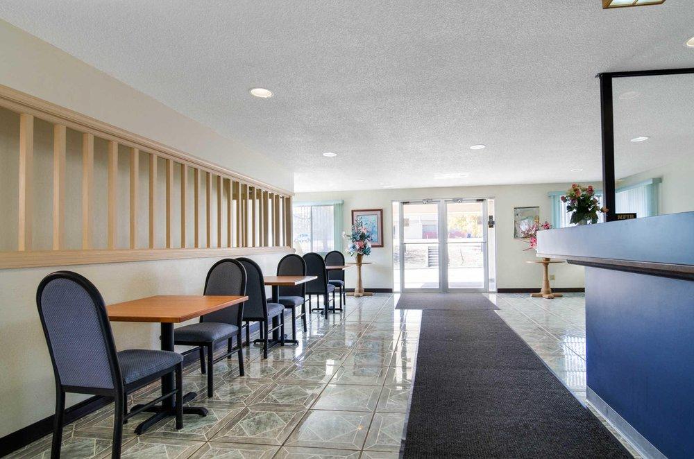 Econo Lodge: 2511 W 18th Ave, Emporia, KS