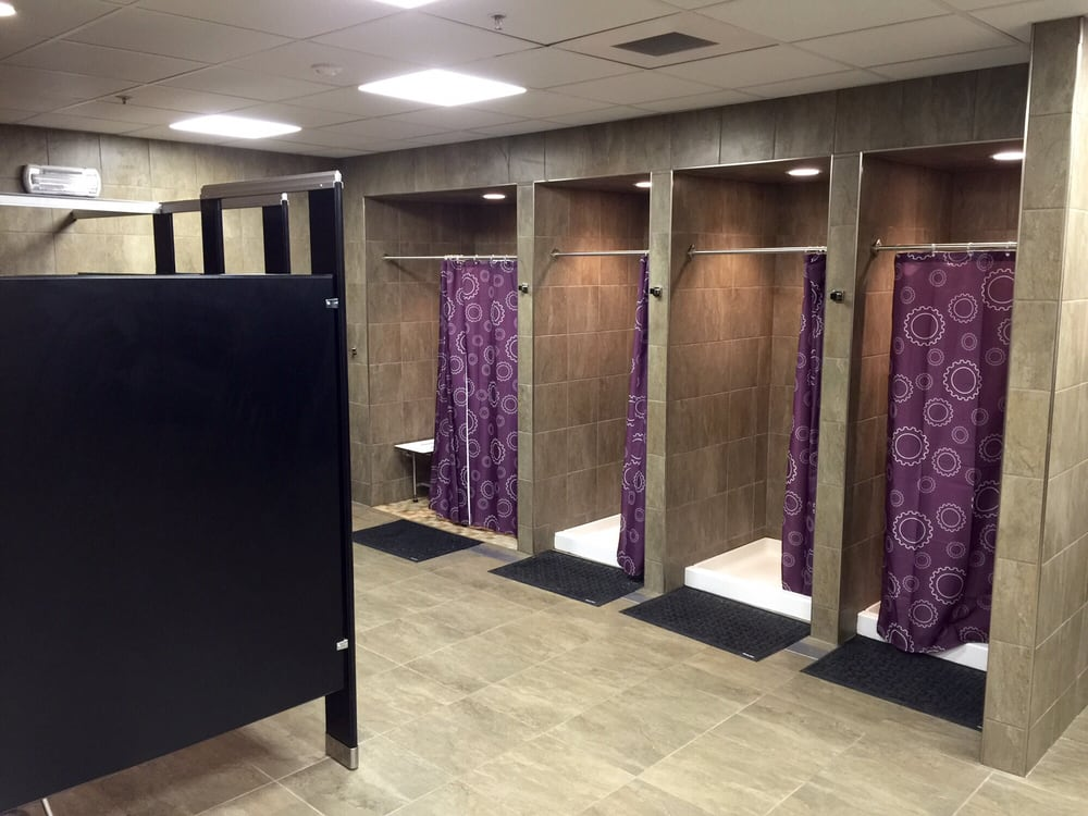 Does retro fitness have showers