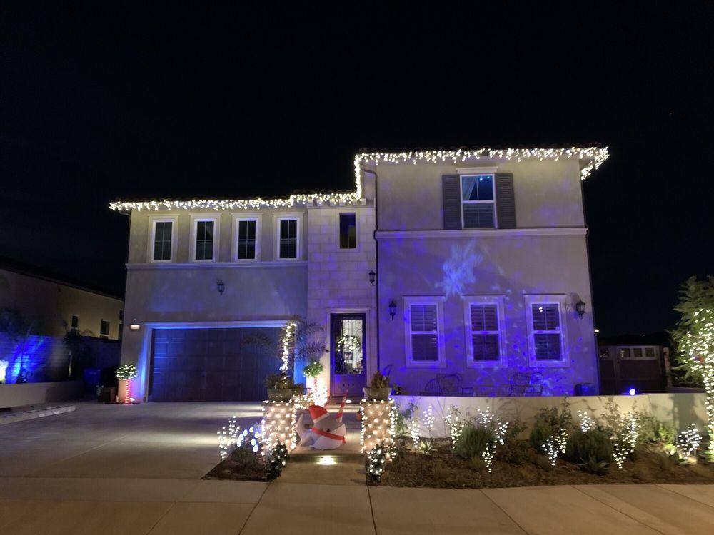 Holiday Light Installers: Santa Clarita, CA