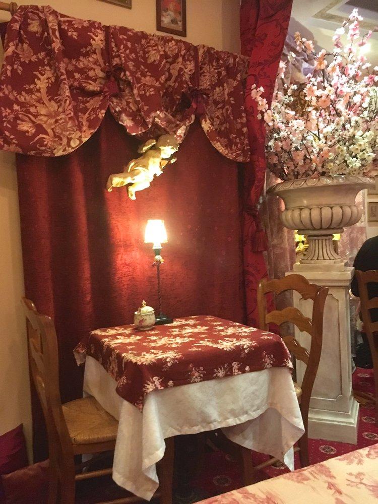 Une des tables du salon de thé - Yelp