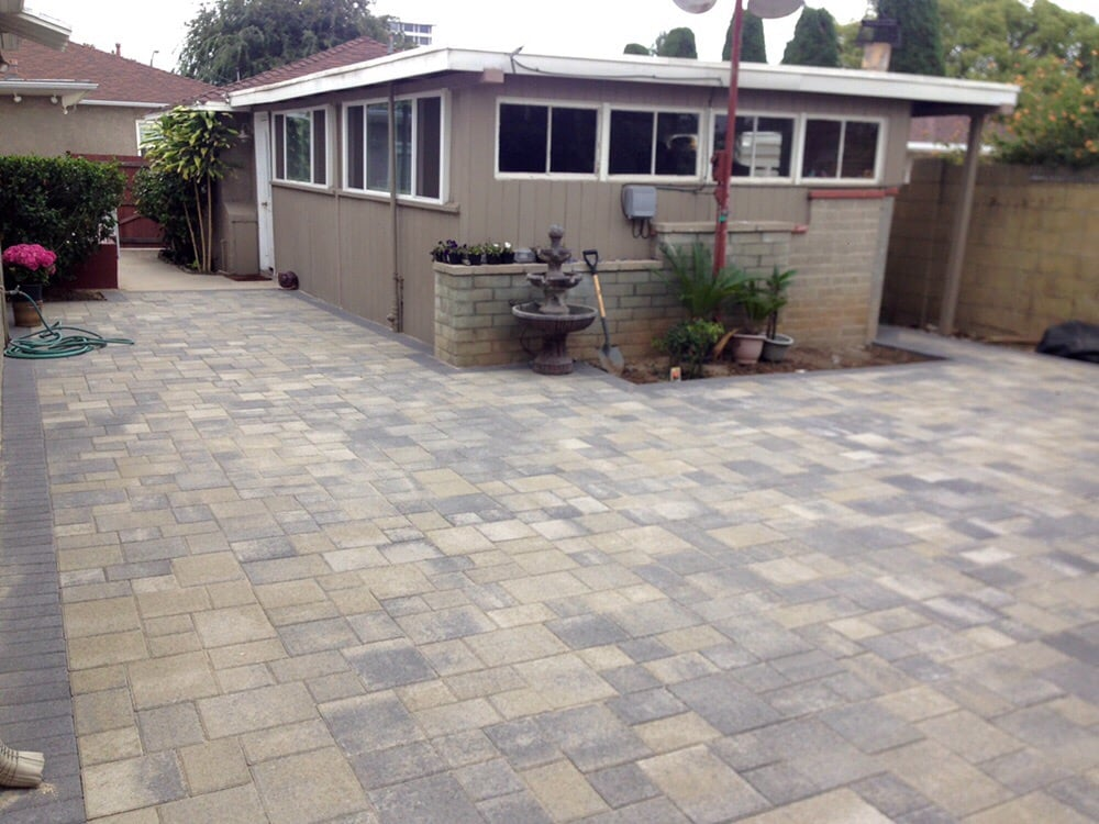 Angelus Courtyard Paver Patio In Gray Moss Charcoal