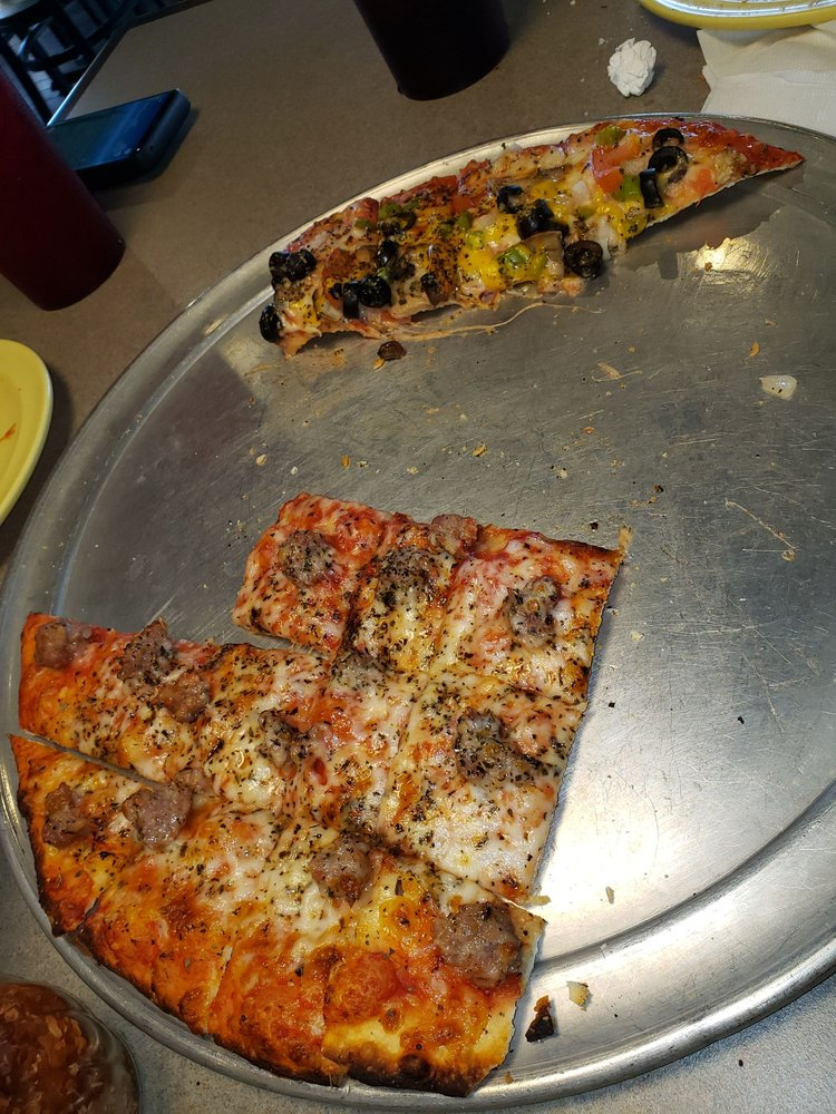 Monical's Pizza: 625 US Hwy 24 W, Gilman, IL