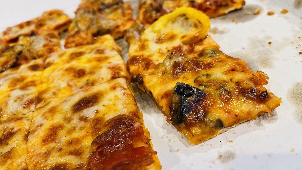 Ricardo's Pub Pizza: 1011 Meadowlands Dr, White Bear Lake, MN