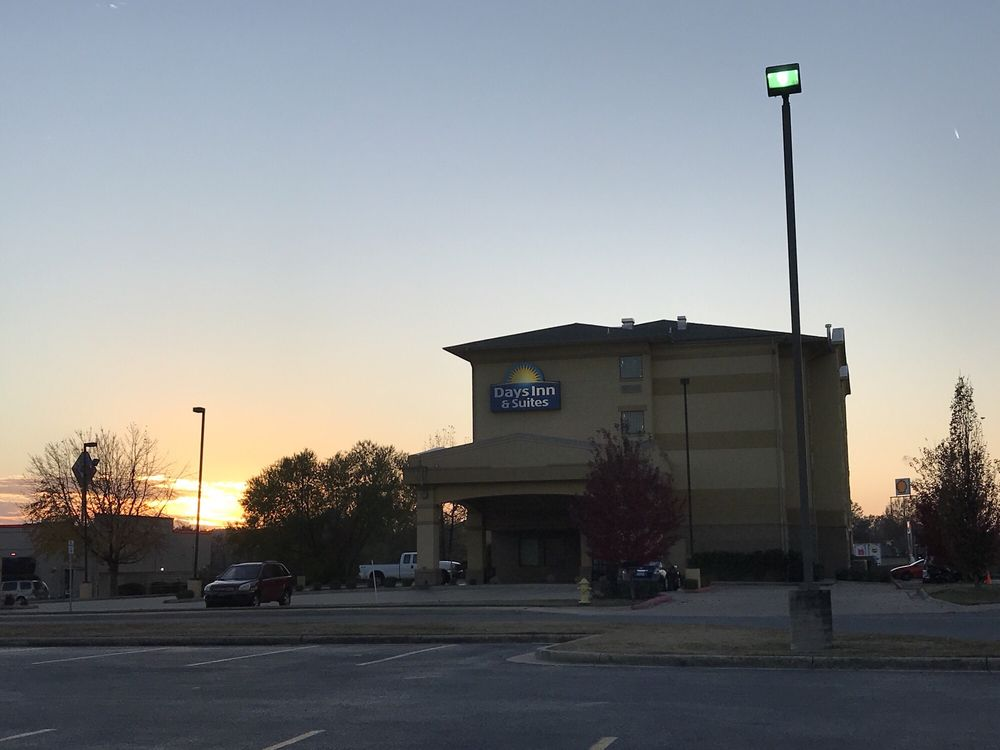 Days Inn & Suites by Wyndham Russellville: 109 East Harrell Drive, Russellville, AR