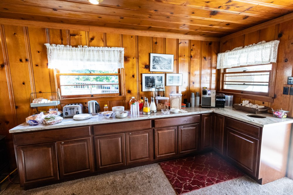 Riverside Mountain Lodge: 206 Commercial St, Downieville, CA