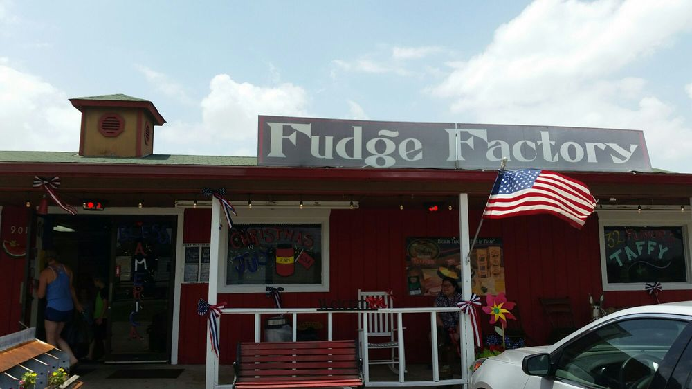 3 Rivers Pecans Fudge Factory and Amish Store: 901 N Service Rd, Calera, OK